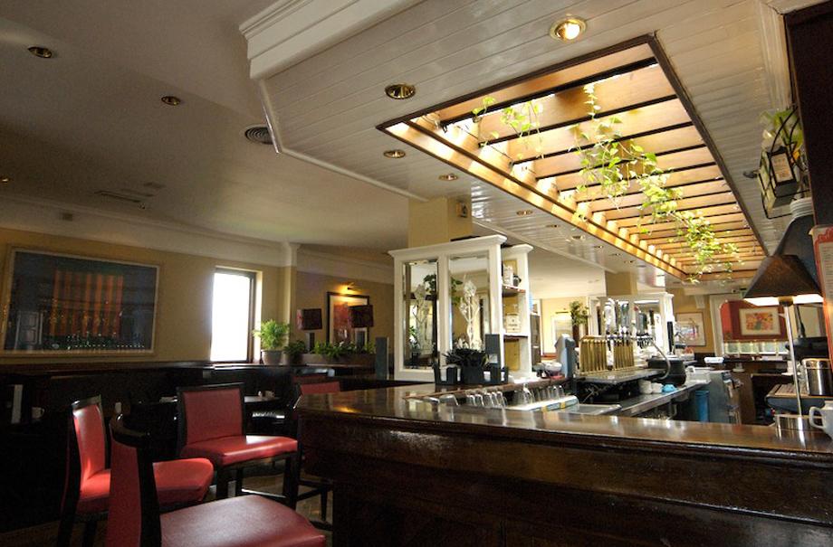 Ashton's Bar